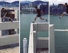 Nhảy qua nóc nhà 25 tầng không dây bảo hiểm