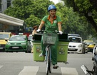 Công nhân môi trường đạp xe thu gom rác quanh hồ Gươm