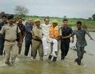 Chính trị gia Ấn Độ bị chế giễu vì được khiêng qua chỗ lội