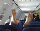 Phát hoảng vì khách cởi tất trên máy bay