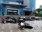 """Hà Nội: Gió lốc """"quật"""" đổ nhiều xe máy trên đường phố"""