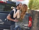 Sao teen lưỡng tính hôn bạn trai trên phố
