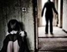 Bé gái 5 tuổi bị xâm hại khi mẹ gửi trước cổng trường