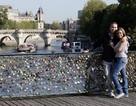 """Pháp bán 65 tấn """"khóa tình yêu"""" để quyên tiền cho người tị nạn"""
