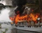 Tàu cháy lớn trên Vịnh Hạ Long, du khách lao mình xuống vịnh