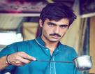 Chàng trai bán trà sữa gây sốt cộng đồng mạng vì… ánh mắt