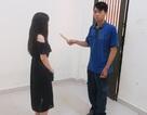 Cô gái trẻ một mình chống lại tên cướp có dao trong nhà vệ sinh