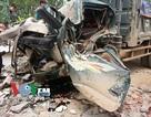 Xe tải húc đổ cổng làng, 1 người tử vong trong ca bin