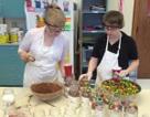 Học trò làm bánh để kiếm tiền mua chăn tặng cựu chiến binh