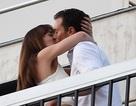 Sao phim 50 sắc thái hôn nhau tình tứ trên ban công