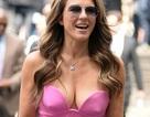 Mỹ nhân 51 tuổi người Anh sexy với váy xẻ sâu