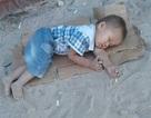 Bức ảnh em bé nằm ngủ trên nền đất khiến dân mạng xót xa