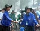 Xúc động hình ảnh sinh viên lập hàng rào hỗ trợ giao thông trong mưa