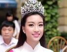Tân Hoa hậu Mỹ Linh tươi tắn dự lễ khai giảng trường cũ