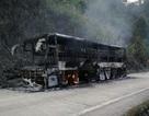Xe khách cháy rụi trên đèo, 30 người thoát chết
