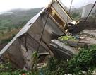 Nhà 4 tầng đổ sập trong mưa bão