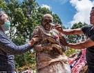 Tục đào xác và cõng người chết đi khắp làng tại Indonesia