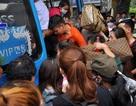Người dân tranh nhau lên xe khách rời Thủ đô về quê nghỉ lễ