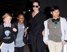 Angelina Jolie cùng Pax Thiên nổi bật tại sân bay