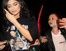 Kylie Jenner phát hoảng vì fan đeo bám