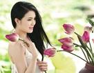 Hoa khôi Văn hóa Khánh Chi đằm thắm bên sen đầu mùa