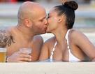Cựu thành viên Spice Girls hạnh phúc hôn chồng bên bể bơi