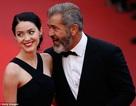 Mel Gibson ngọt ngào bên bạn gái kém 35 tuổi
