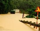 Quốc lộ tê liệt vì mưa lũ