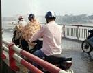 Nước phun xối xả trên cầu Chương Dương, người qua cầu mặc áo mưa giữa trời nắng