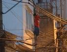 """Hà Nội: Căng vỏ chăn hứng """"người nhện"""" đu trên dây điện trên phố"""