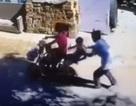 Sốc với cảnh bắt cóc trẻ con ngồi trên ghế sau xe đạp