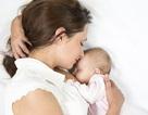 Cử chỉ yêu thương của mẹ đem lại tác dụng thần kỳ cho con