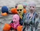 Ngộ nghĩnh dân Trung Quốc đeo mặt nạ đi tắm biển