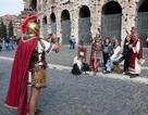 """Thợ ảnh trong trang phục đấu sĩ La Mã """"hết cửa"""" làm ăn tại Roma"""