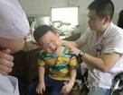 Bé trai 6 tuổi bị lệch cổ vì chơi điện thoại