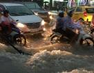 Mưa lớn kết hợp triều cường, nước dâng cuồn cuộn trên đường phố Sài Gòn