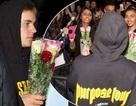 """Justin Bieber bất ngờ tặng hoa """"nịnh"""" người hâm mộ"""