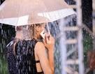 """""""Hoa chiến thắng"""" nở giữa mưa đêm của thí sinh Vietnam's Next Top Model"""