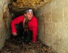 Cô gái liều mình đi qua hầm mộ chứa... 6 triệu bộ xương