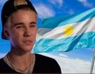 Justin Bieber văng tục khi fan ném mũ lên sân khấu
