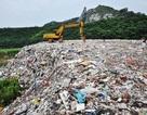 """Ngôi làng Trung Quốc """"sốc"""" vì 4.000 tấn rác bị đổ trộm gần hồ cấp nước"""