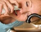 Không dùng nước muối sinh lý để rửa mũi hàng ngày