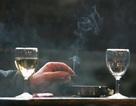 Nên uống rượu vang khi ở môi trường có khói thuốc lá?