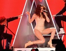 Selena Gomez khoe thân trên sân khấu