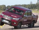 Toyota Hilux suýt lật trong bài thử nghiệm cua gấp