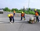 Nữ công nhân bị xe đâm tử vong khi đang sơn đường