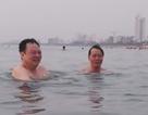 Nhiều lãnh đạo ngành môi trường, du lịch Đà Nẵng cùng tắm biển