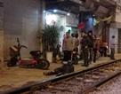 Hà Nội: Ngồi chơi trên đường ray, nam thanh niên bị tàu hất văng