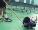 Huấn luyện viên dùng cán chổi đánh học trò bị nhắc nhở