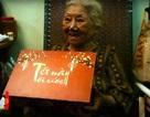 Bà lão bán vé số 80 tuổi ngày ngày hái thuốc cứu người